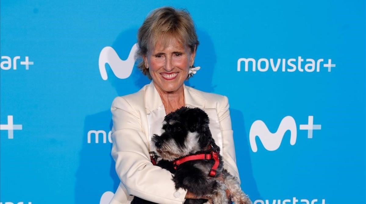 Mercedes Milá posa en el photocall de Movistar + junto a su perro Scott.