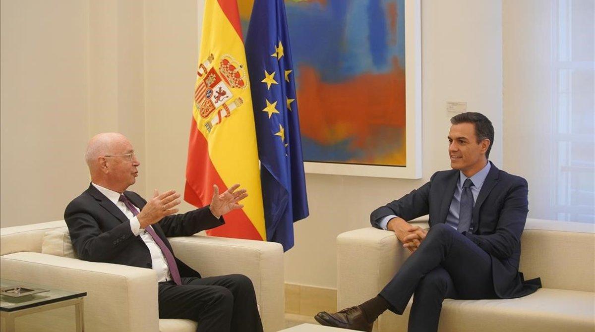 El presidente del Gobierno, Pedro Sanchez, junto al fundador del Foro Davos, Klaus Schwab, en La Moncloa en octubre pasado.