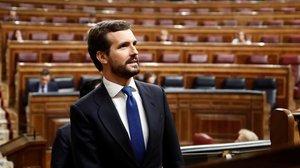 Pablo Casado, con Pedro Sánchez al fondo, el pasado 18 de marzo en el Congreso.