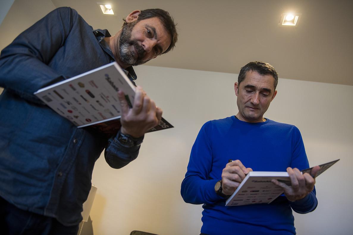Óscar Camps y Ernesto Valverden firman ejemplares del libro.