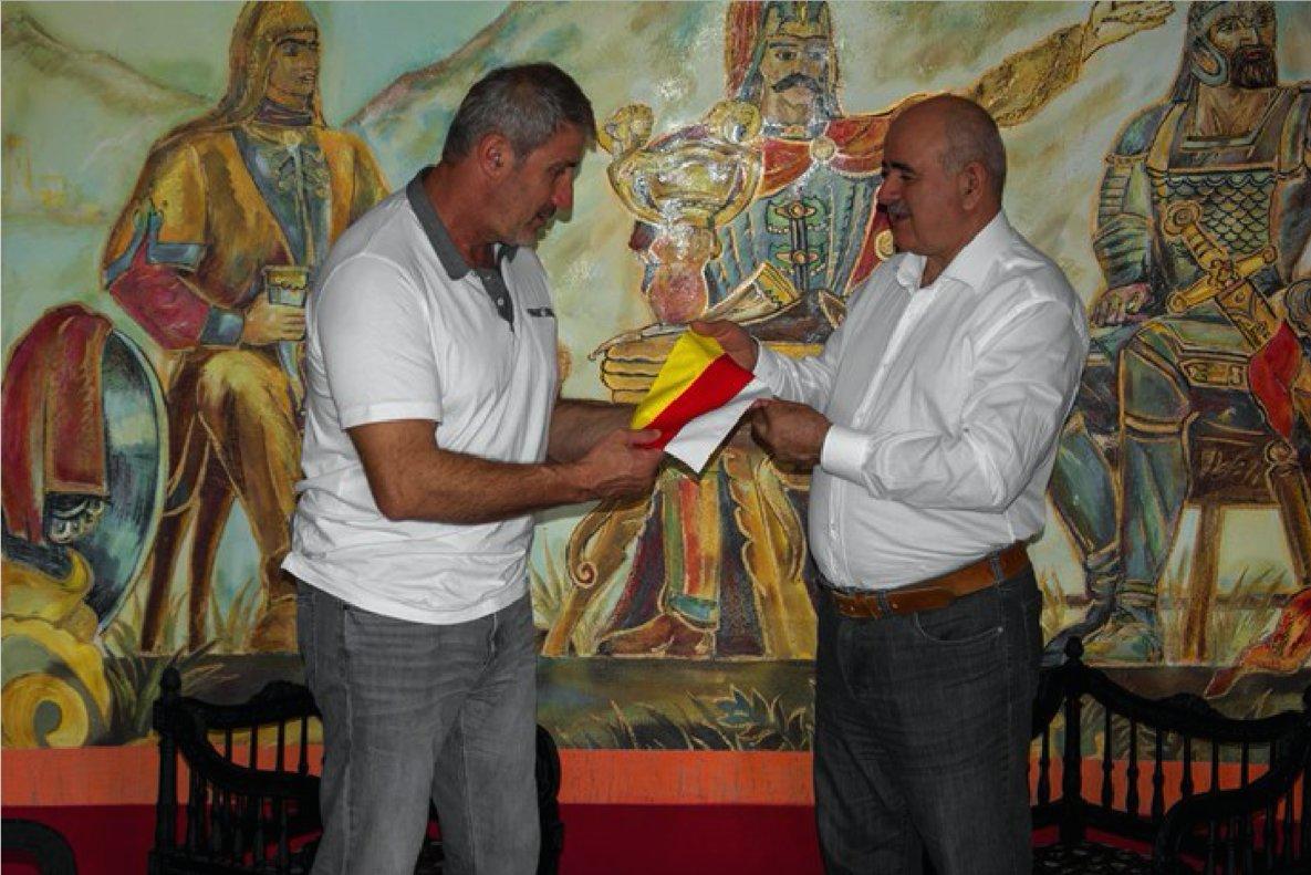 El ministro de Asuntos Exteriores de la República de Osetia del Sur, Dimitri Medoev (derecha) entrega una bandera de su país a un surosetio residente en Catalunya el 23 de octubre de 2017.
