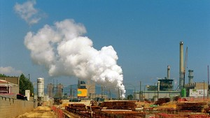 Humareda de vapor de agua de la refrigeración de la incineradora Tersa, en Sant Adrià del Besòs.