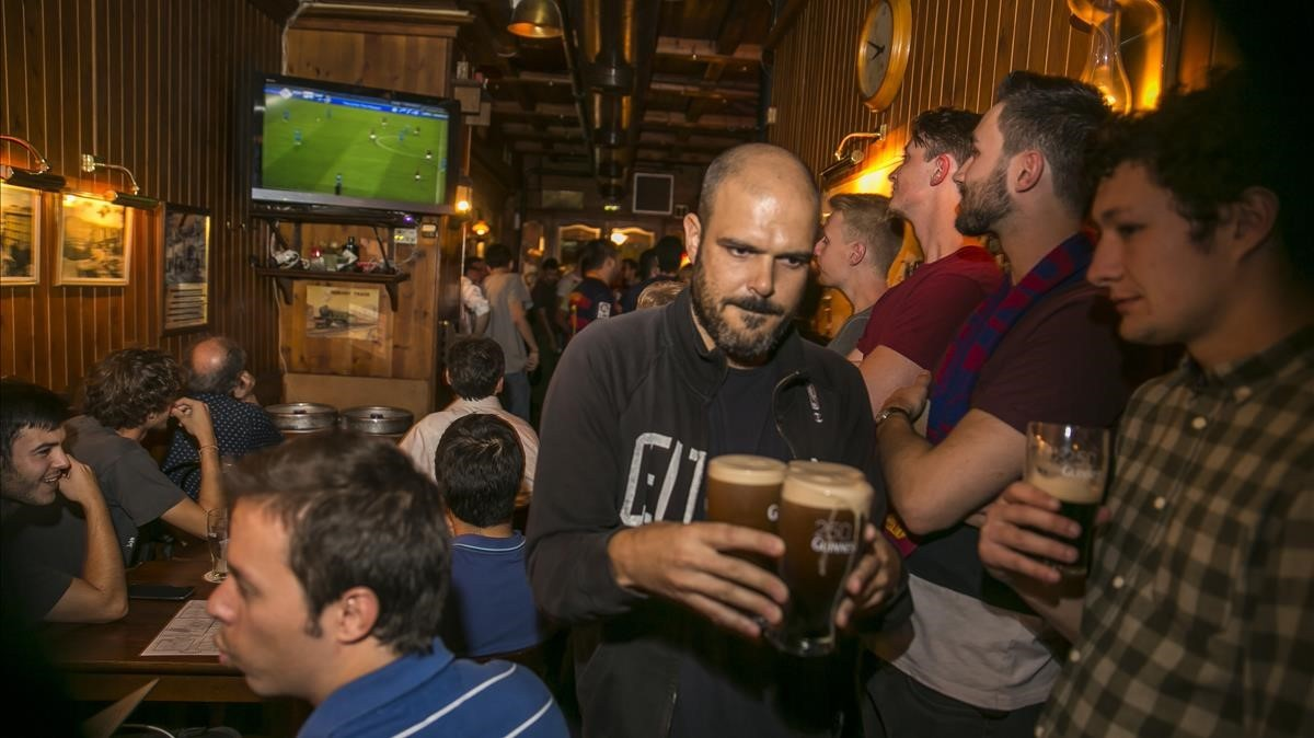 Aficionados al fútbol viendo un partido la temporada pasada.