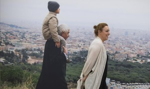 Pasqual Maragall lleva al cuello a su nieto Nuno, detrás desu hija Cristina, patrona de la Fundació Pasqual Maragall.