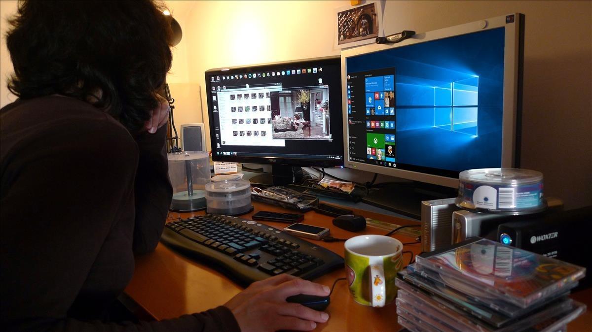 Una persona trabaja en su ordenador.