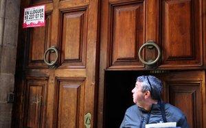 Anuncio de alquiler en un portal de una finca de Barcelona.