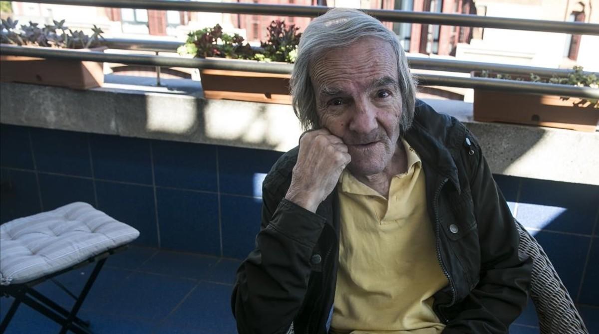 Fernando Hernández en la la residenciaSARquavitae Claret, donde reside desde que enfermó y cerró la pensión del Raval en la que vivía.