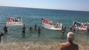 Acción de la plataforma Ens Plantem este domingo en las playas de Sant Martí.