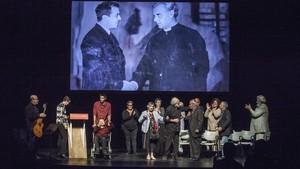 Los participantes en el homenaje a Capri en el Romea, con una fotografía del actor.