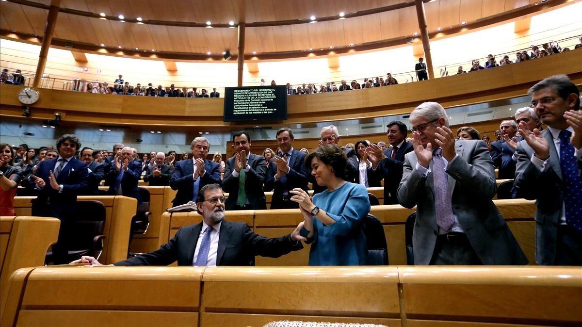 Los senadores del PP y los miembros del Gobierno aplauden a Mariano Rajoy en el Senado, donde ha defendido el 155.