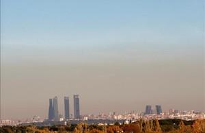 Manto de polución sobre el cielo de Madrid, el domingo.
