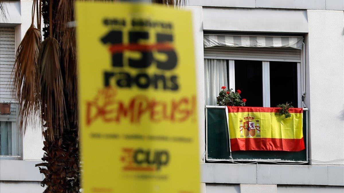 Banderas y carteles electorales se mezclan en Barcelona.