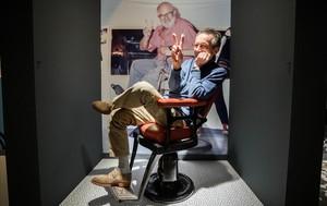 Patrice Leconte, en el rincón dedicado a 'El marido de la peluquera' en la exposición 'La quadratura del Cercle A', el sábado en la Filmoteca.