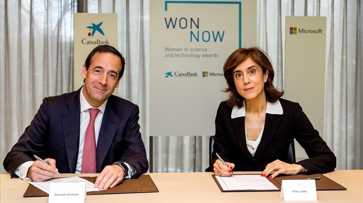 Gonzalo Gortazar, consejero delegado de CaixaBank;y Pilar Lopez,presidenta de Microsoft.