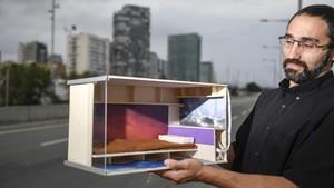Marc Olivé muestra la maqueta de cubículo para los pisos 'colmena' que proyectan.