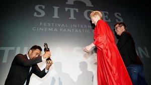 Tilda Swinton, que apareceenSuspiria, recibeel Gran Premi Honorífic de manos de J. A. Bayona.