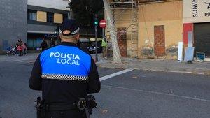 Un policía local de Santa Coloma de Gramenet, en una calle del municipio.