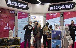 Ambiente en una tienda especializada en tecnología y electrodomésticos el Black Friday del año pasado.