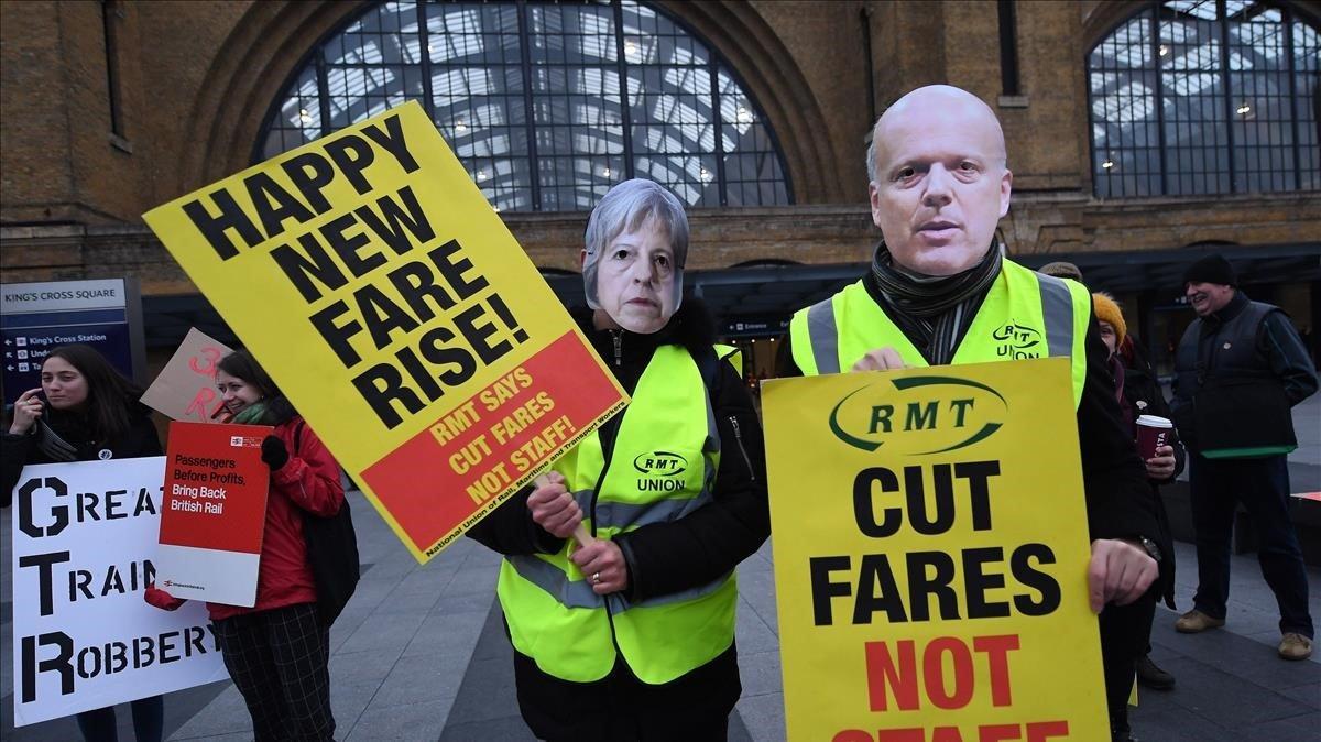 Activistas protestan contra la subida de la tarifa del tren a las puertas de la estacion Kings Cross en Londres.