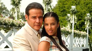 La actriz Gaby Espino, junto a César Évora, en la teleserie 'Mundo de fieras'.
