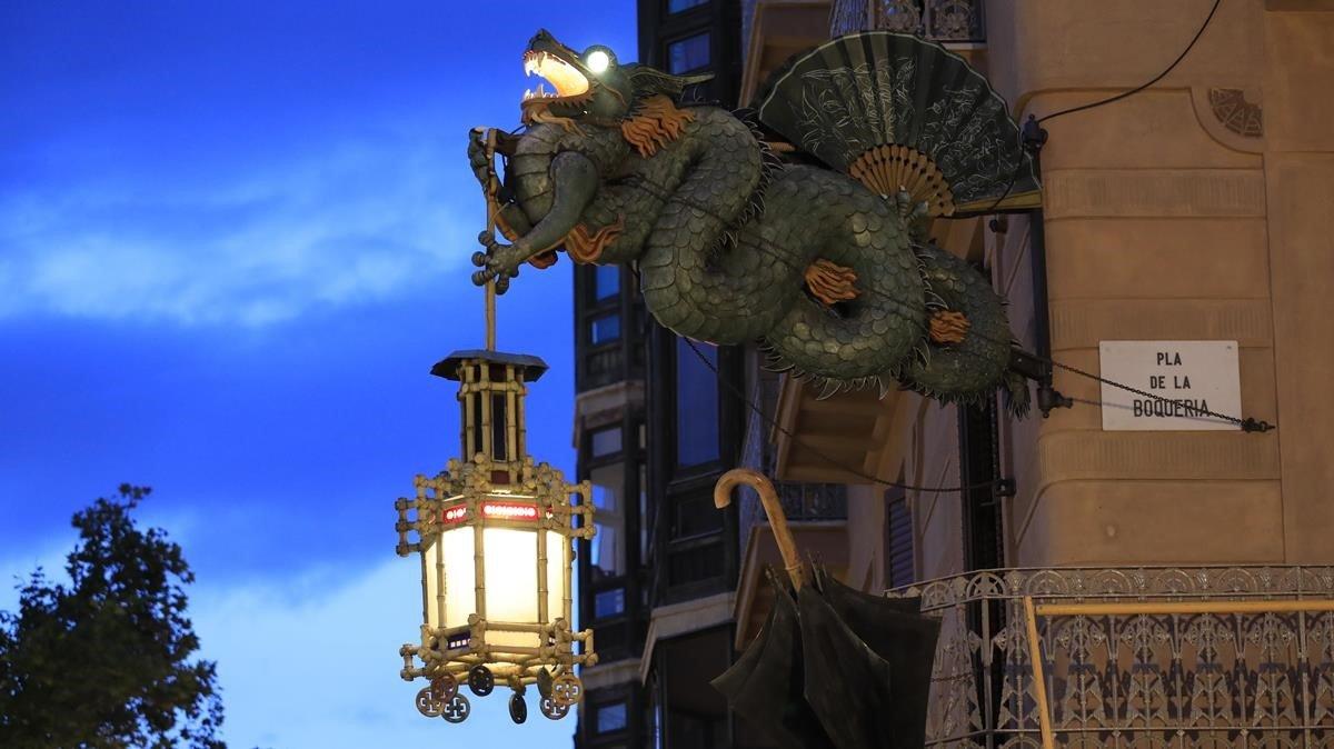 El dragón de la Casa dels Paraigües colocado de nuevo en su emplazamiento original tras restaurarlo y devolverle la iluminación.