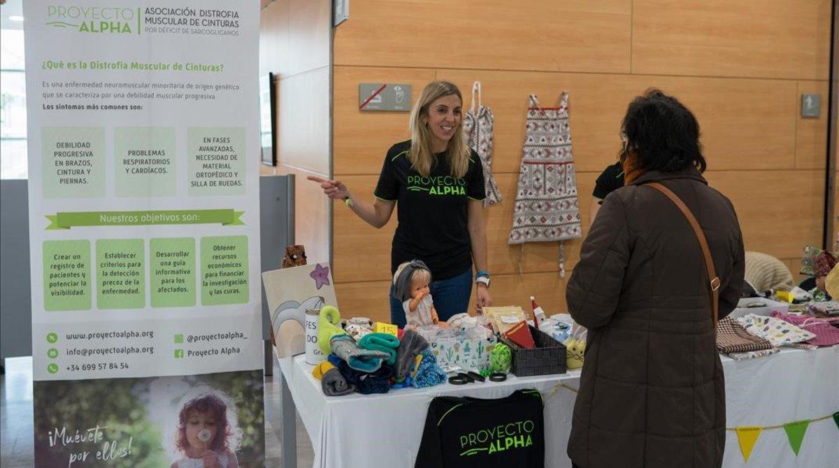 Jéssica Martín en la parada que la asociación que ella creó, Proyecto Alpha, montó este mes de diciembre en el hall del Hospital de Mataró.