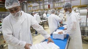 Dos jóvenes migrantes trabajan en la empresa Fruselva gracias al proyecto de inserción laboral de una oenegé.