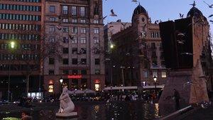 Uno de los expedientes investigados corresponde a pisos turísticos ubicados en este edificiode la plaza de Catalunya de Barcelona.