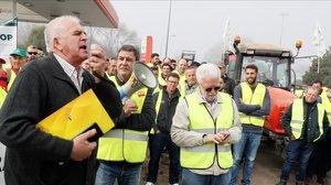 Un momento de la protesta convocada por los agricultores en los accesos a Sevilla por la A-4 a la altura de Carmona.