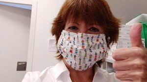 Loles Andolz, con la funda para la mascarilla que le ha hecho su hija, en el Hospital del Mar.
