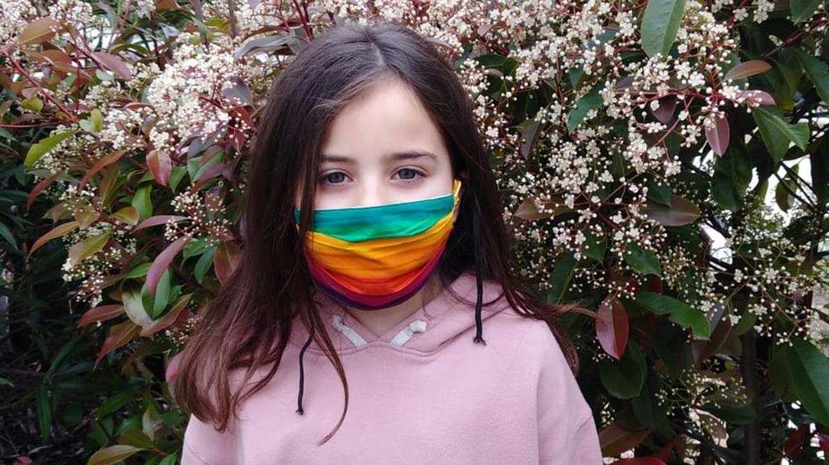 Una niña de la Llacuna con una mascarilla de colores.