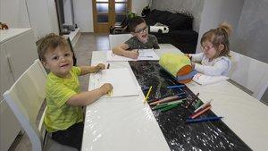 Niños confinados dibujan en su domicilio de L'Ametlla del Vallès.