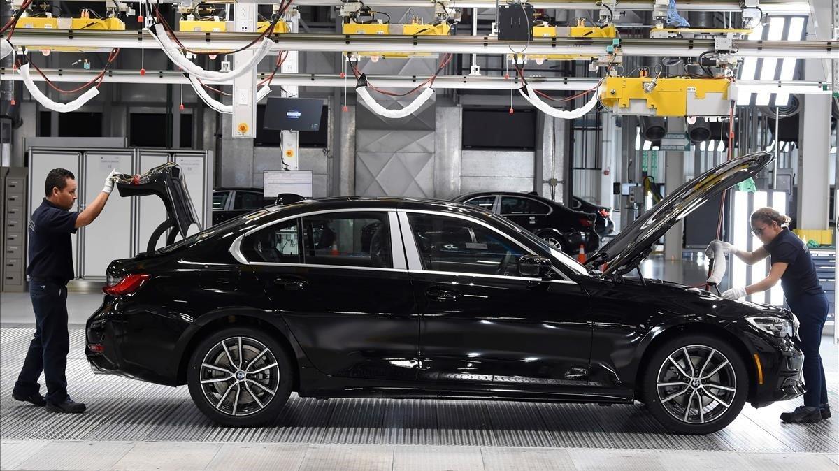 Empleados de la fábrica alemana de coches BMW.
