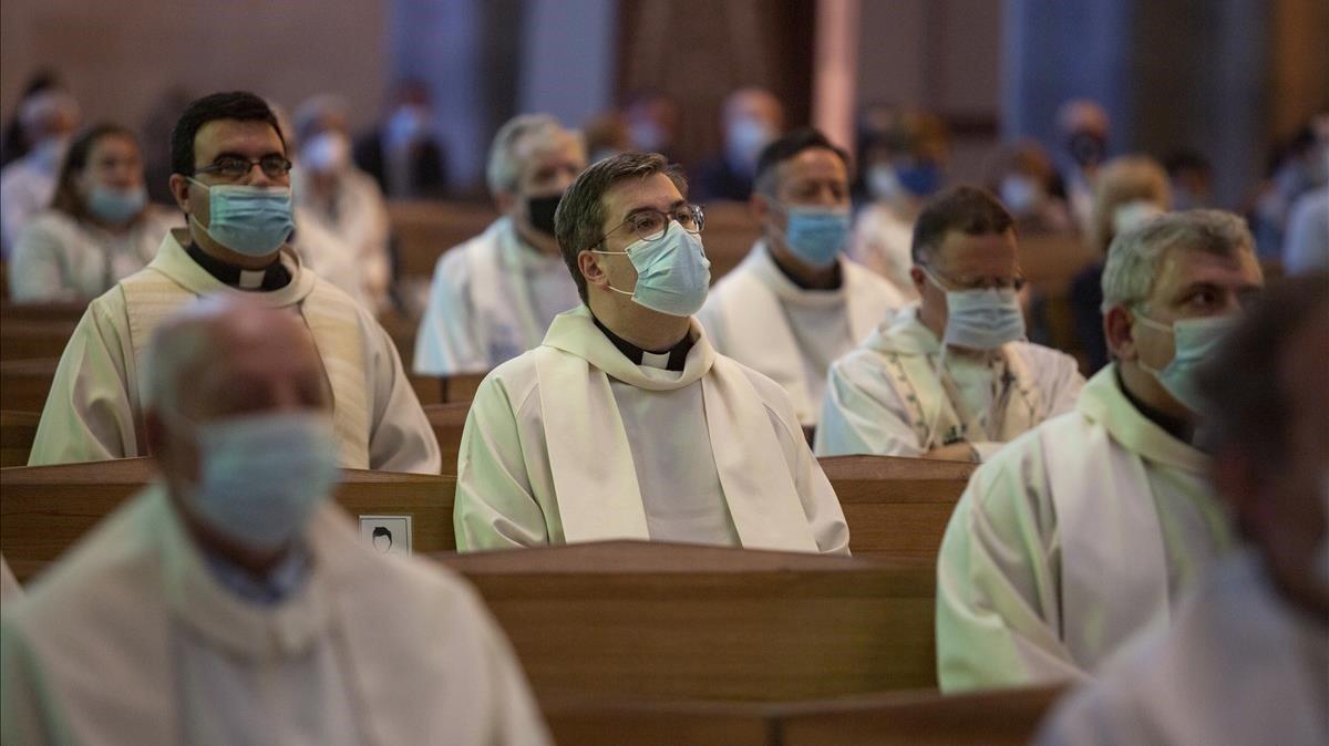 Sacerdotes presentes en la misa de la Sagrada Família, con la mascarilla puesta.