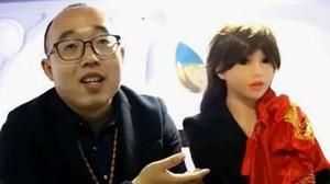 Zheng Jiajia, de 31 años, y su esposa-robot.