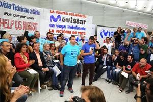 Representants polítics dERC, CUP i Barcelona en Comú, amb els tècnics de Movistar en vaga.