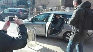 El concejal Joan Coma sube al coche para trasladarse a Madrid, ayer.