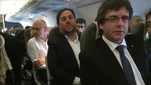 Carles Puigdemont y Oriol Junqueras (detrás, el exconseller Raul Romeva), en un viaje a Bruselas para dar una conferencia en enero del 2017