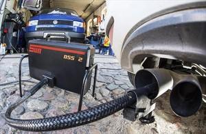 Un dispositivo mide el nivel de emisiones de un VW, en Fráncfort.