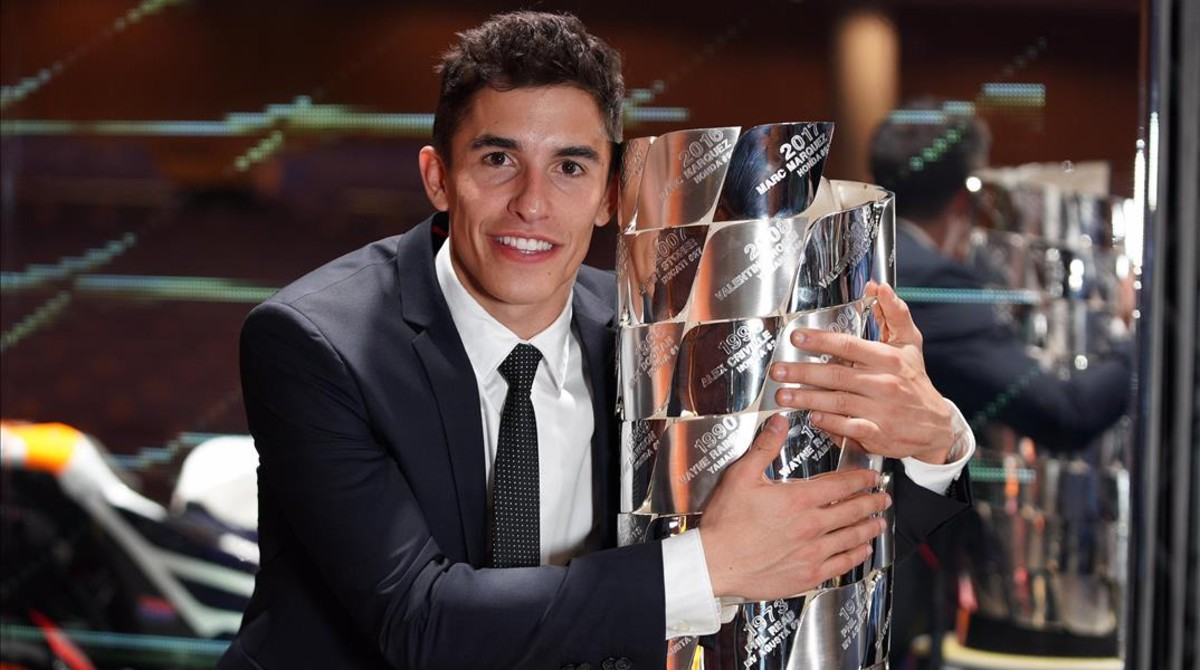Marc Márquez se abrazó, anoche, al trofeo en el que están inscritos los nombres de todos los campeones.