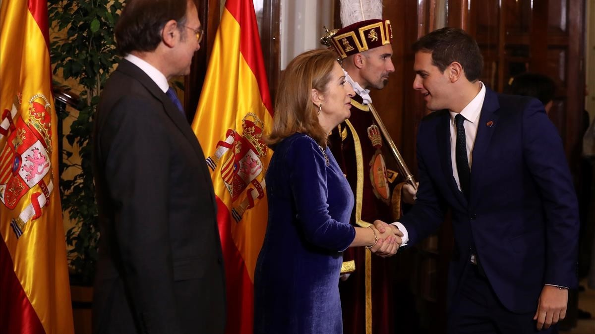 El presidente de Senado y la presidenta de la Cámara Baja, saludan a Albert Rivera.