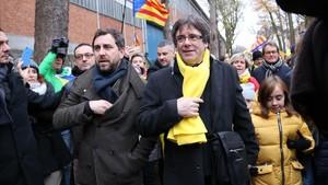 Carles Puigdemont y Toni Comín, este jueves, a su llegada a la manifestación convocada por la ANC y Òmnium en Bruselas.