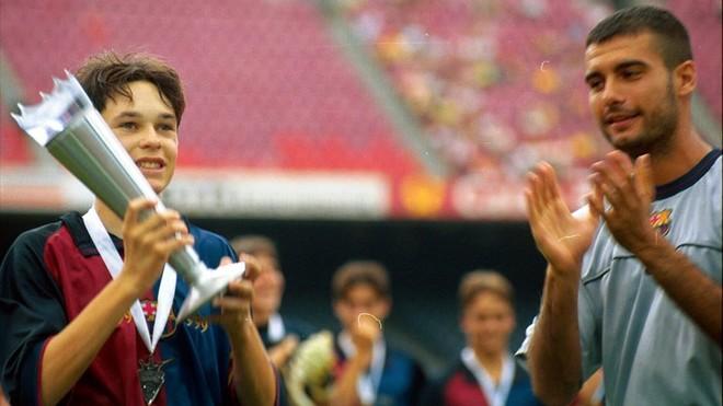 Iniesta recoge el trofeo de la Nike Cup en 1999 de las manos de Guardiola en el Camp Nou.