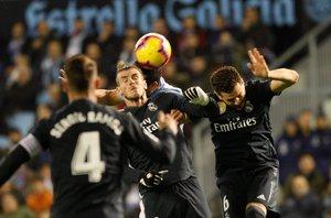 Nacho (d) salta a remtar un balón en el partido ante el Celta.
