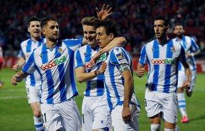 Los jugadores de la Real Sociedad celebran el gol de Oyarzabal ante el Mirandés.