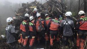 Un equipo de rescate inspecciona los restos del helicóptero donde viajaba el jefedel Estado Mayor del Ejército de Taiwán.