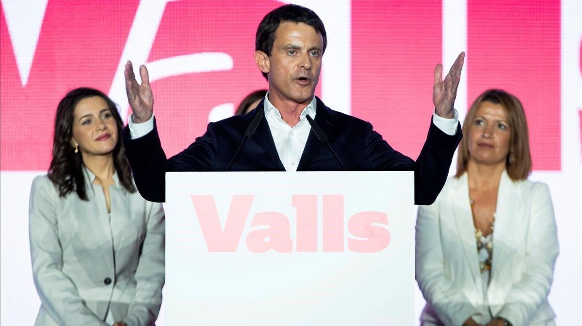 El candidato de Ciudadanos a la alcaldía de Barcelona, Manuel Valls,junto a Ines Arrimadas y Eva Parera.