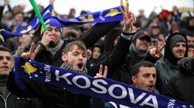 Aficionados de Kosovo animan a su selección de fútbol durante un partido amistoso contra Haití.