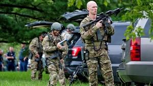 Agentes del FBI toman posiciones en el lugar del tiroteo.