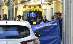 Agentes de la Policía local y de los Mossos d'Esquadra, en el lugar del crimen.